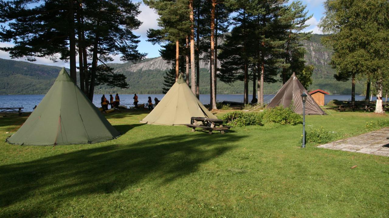 Fyresdal kurs og leirsted - Scene og mingleområdet med telt