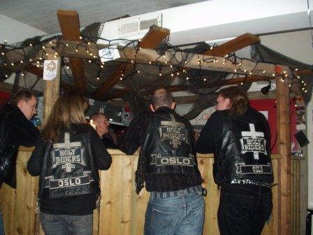 Noen medlemer henger rundt baren i hula vår.