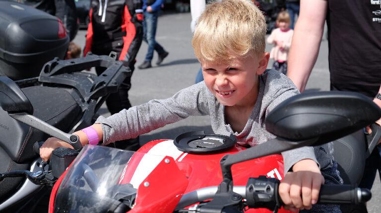 Gutt på motorsykkel